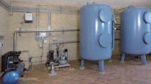 Komplet vandbehandlingsanlæg til iltning og filtrering, herunder iltningsanlæg bestående af kompressor med levnedsmiddelgodkendt olie og luftfilter, ilt- og styreluftssystem til overvågning af iltningsprocessen, lukkede trykfiltre af typen SILHORKO TFB 20 samt udstyr til returskyl bestående af skyllepumpe og oliefri skylleblæser med luftfilter.